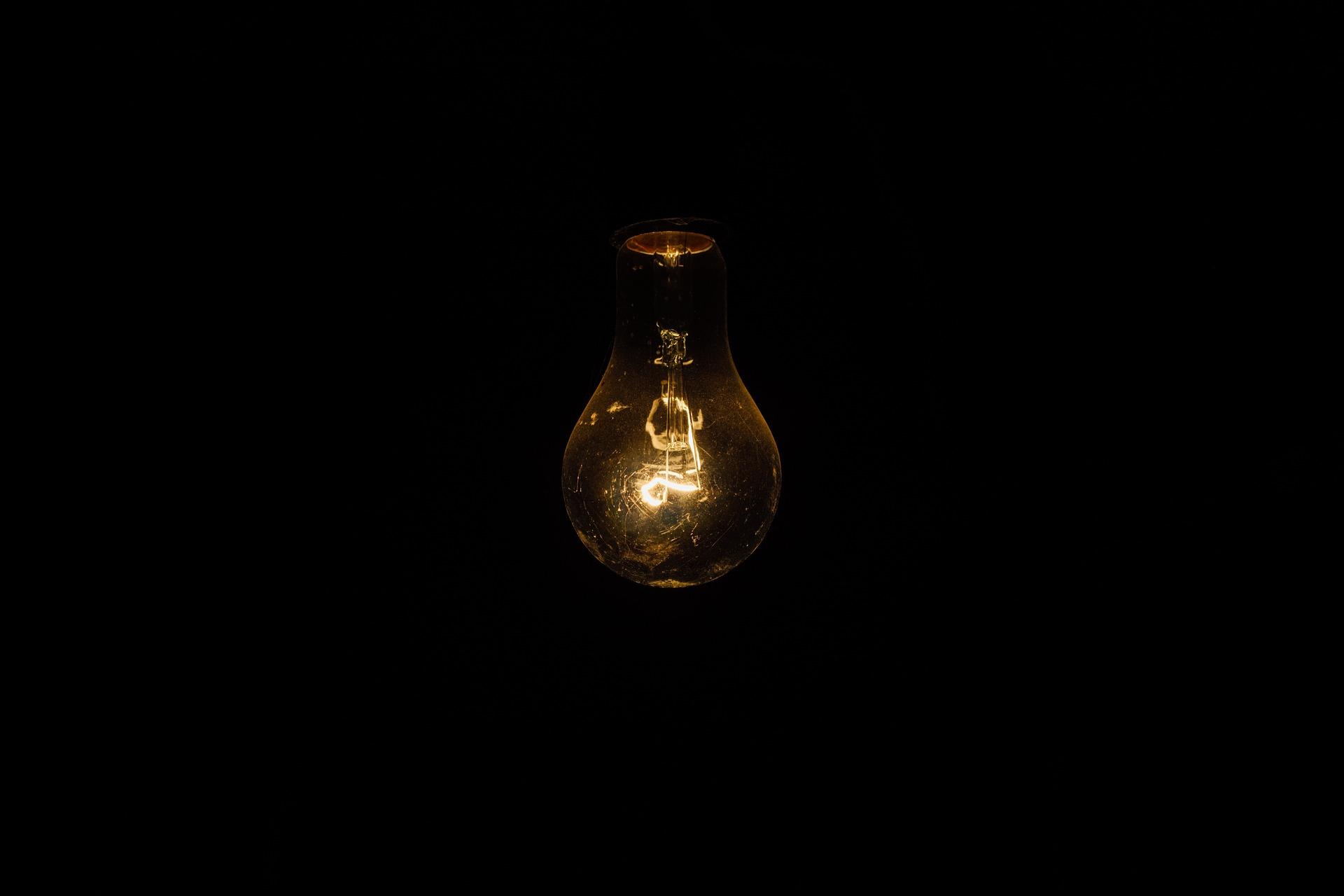 Žárovka světlo tma